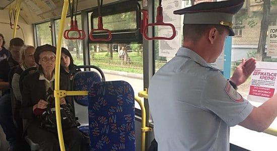 Автоинспекторы в Жуковском размещают тематические листовки в салонах автобусов