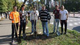 Самое активное участие в акции «Наш лес. Посади свое дерево» приняли молодые жуковчане