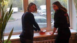"""Активисты """"Единой России"""" провели уборку в квартирах немощных пенсионеров"""