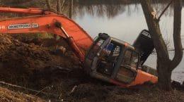 На набережной реки Быковка в Жуковском утонул экскаватор
