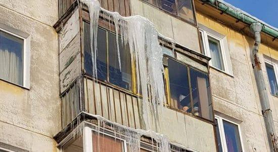 Глава города попросил коммунальщиков оперативно сбивать сосульки с крыш