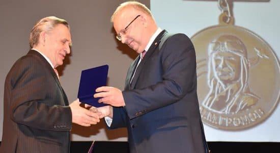 Заслуженным сотрудникам Летного-исследовательского института вручили медаль М.М.Громова