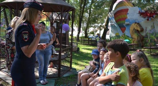 Госавтоинспекторы и инспекторы по делам несовершеннолетних провели встречу с детьми и их родителями