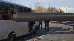 В Жуковском пассажирский микроавтобус пробило трубой