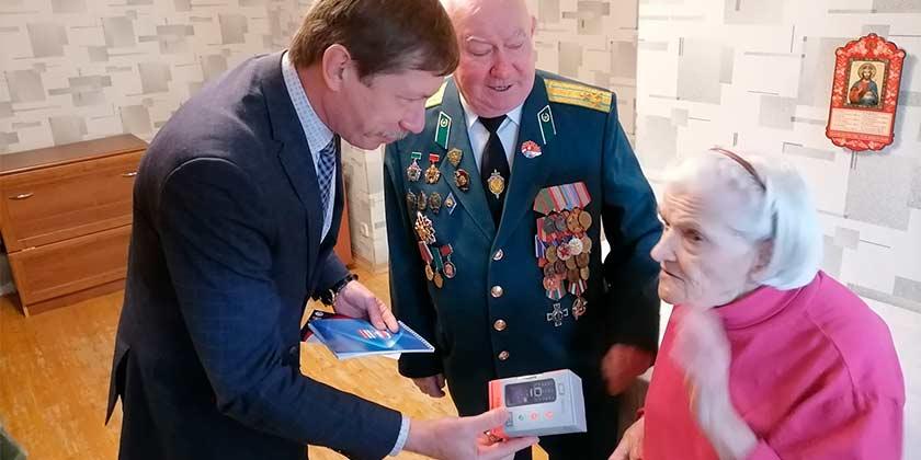В Жуковском единороссы приступили к вручению ветеранам бесплатных телефонов