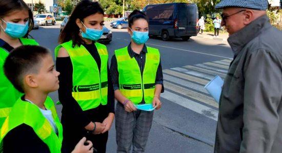 Автоинспекторы вместе со школьниками вручили световозвращающие ленты пожилым пешеходам