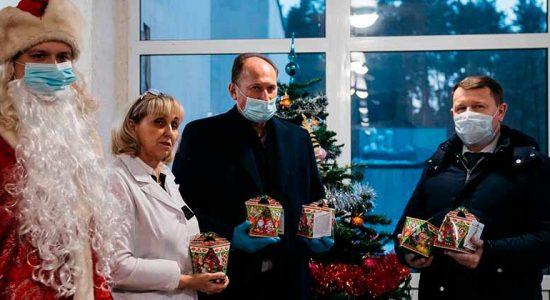 Юрий Прохоров и Игорь Коханый передали подарки врачам и больным детям
