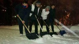 Молодогвардейцы Подмосковья помогают устранять последствия снегопада