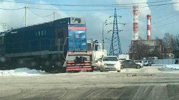Мусоровоз столкнулся с тепловозом на переезде в Жуковском