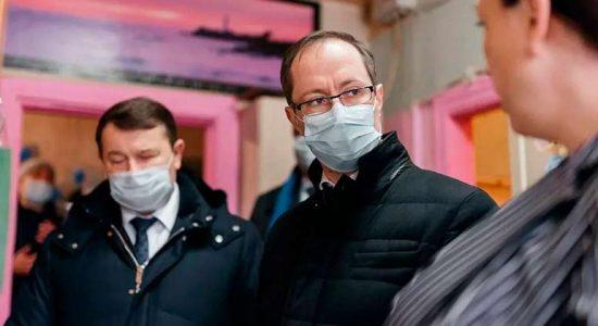 Роман Терюшков и Юрий Прохоров посмотрели условия проживания жителей аварийного дома на улице Луч