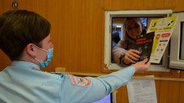 С посетителями регистрационно-экзаменационного подразделения полицейские провели беседы