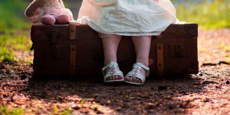 двухлетняя девочка с вещами