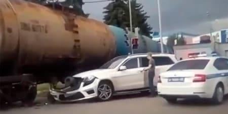 Иномарка попала под тепловоз на железнодорожном переезде на пересечении улиц Гагарина и Мясищева