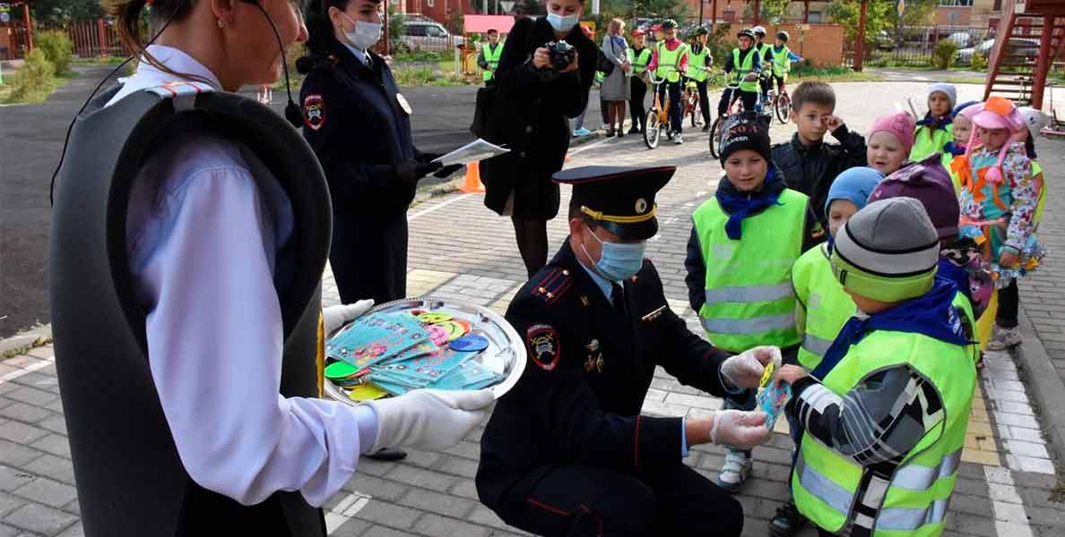 Воспитанникам детского сада вручили удостоверения велосипедистов