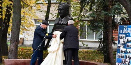 На территории НИИПа открыли памятник и мемориальную доску Юрию Белому